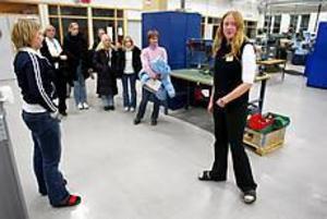 Foto: LASSE WIGERT Prov på tekniken. Besökarna såg sig omkring i Göranssonska skolans lokaler. I verkstaden visades maskinerna upp.