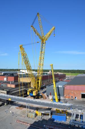 Norra Europas största kran används till att lyfta ut och in en press genom ett tak på Sandvik.