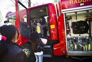 Denny Nguyen var en av många barn som ville känna på hur det är att vara i en brandbil.