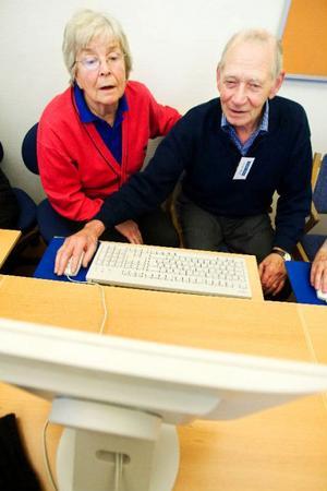 Gun Britt Gudmunsson försöker lära sig att använda en dator på Seniorsurf.           Till sin hjälp har hon Jörgen Cleryd från Seniornet som visar och berättar.   Foto: Ulrika Andersson