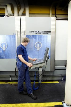 Miljoninvestering. Anders Nordkvist sköter den sexaxliga fräsmaskinen, en av Lumeks senaste miljoninvesteringar.