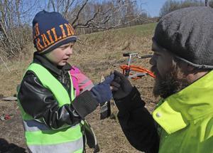 Tristan och Benjamin inspekterar en gammal spik.