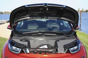 Under huven finns i stället för motor ett förvaringsutrymme där laddsladdarna passar perfekt.