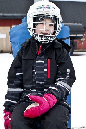 Theolina Hammarstedt tog igen sig efter att ha övat på att åka åttor på isen.