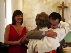 Succé. Mattias Böhm var väl värd den här kramen efter den högklassiga konserten. Det tycker Pers Anna Larsson och hela den stora publiken. Foto:Lars-Erik Klockar