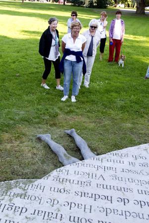 – Den där skulpturen tycker jag inte om, den ser ut som en grav, säger Monica Andersson som står längst fram.