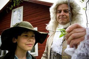 Naturligt möte. Alex Arnberg Untoro fick äran att träffa Carl von Linné i går. (Under peruken gömde sig skådespelaren Mats Naxe från Falun).
