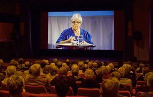 Författaren Elsie Johansson pratade om vikten av att leva sitt liv som man själv liva det.