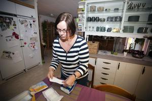 Heléne Nilsson visar inkontinensbindor av olika stor- och tjocklekar.– De håller olika länge beroende på hur stora de är, säger hon.