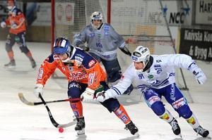 Daniel Skarps i kamp med Villa Lidköpings Johan Esplund (numera i Zorkij).