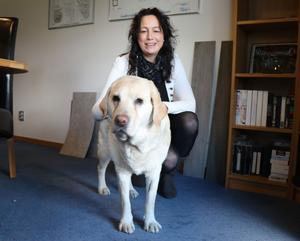 Ylva Axell och labradoren Akila, som är med på jobbet varje dag. I januari 2016 blev Ylva Axell tillförordnad vd  för Gustavsvik och sedan september 2016 är hon ordinarie vd.