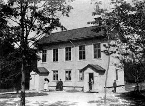 Ladugårdsskolan. Örebros första småskola som togs i bruk 1854 på Östra skjutshagen i Ladugårdsskogen. Ur Svenska stadsmonografier. Örebro, 1945.