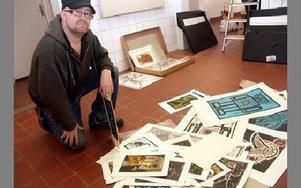 Falukonstnären Jesper Eriksson i full färd med att välja ut vilka grafiska blad han ska visa upp på utställningen i Wahlmanska huset.FOTO: PÄR SÖNNERT