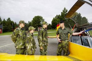 Några sista instruktioner av Christer Andersson innan det är dags att hoppa in i det enmotoriga flygplanet - en Saab Safire.