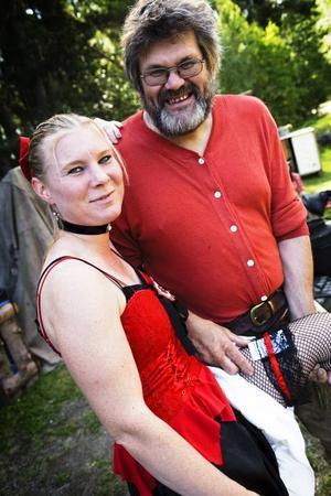 Lennart Larsson och Rose-Marie Tell är delar av Peacemakers westernshow. Under dagarna i Furuvik är Lennart mer känd som Kocken och Rose-Marie som Rosetta.