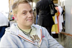 """Eric Marsh, 31 år från Östersund:""""Jag dricker minst 7 koppar om dagen, men det har blivit bättre nu, jag har kommit på att det inte är så bra med kaffe"""", säger Eric Marsh.""""Jag har ingen aning vilken som blir nästa trend""""."""