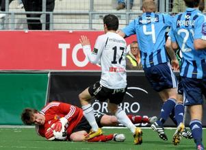 Tommi Vaiho, DIF-målvakt, räddar framför Alejandro Bedoya.