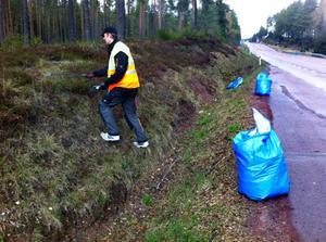 Säck efter säck fylldes med skräp när Brudpigas medlemmar städade dikesrenarna härom kvällen.