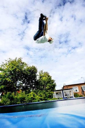 """När det inte finns snö att träna på brukar Frej Jönsson hoppa på studsmattan hemma i trädgården på Frösön. """"Det är bra träning"""", säger han.  Foto: Henrik Flygare"""