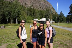 Kompisgänget från Örnsköldsvik ska ta sig an berget genom att klättra. Från vänster Lisa Lindberg, Jessica Bårman, Paulin Edblad och Linda Vestin.