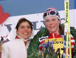 Sofia Lind med segerkransen 1999, tillsammans med kranskulla Maria Wik.