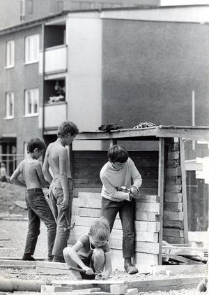 Bygglekplats på Bjurhovda 24 juni 1971. Lekte du på en bygglek när du var liten?