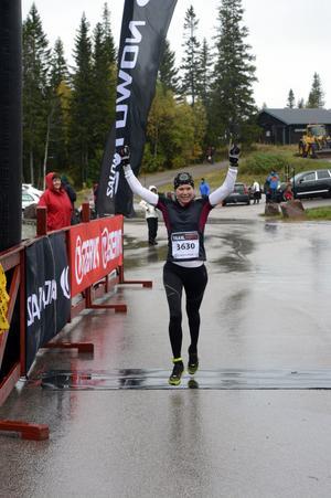 Sara Lindborg jublar sedan hon vinner damklassen över 10 km.