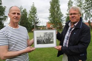 Kenneth Eriksson och Magnus Bengtsson på Onbacken. Med sig har de en trivsam bild från kafé- och musiklivet där på 1930-talet.