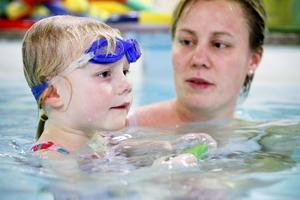 Mamma Karin Wall Holm tycker att kunskaperna som hennes dotter Evelina Holm, 3,5 år, fått genom babysimmet är ovärderliga.