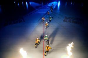 Brobergs IF gör entré under hemmapremiären i den nya bandyhallen Helsingehus arena.