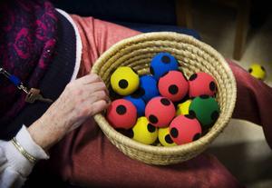 Mjuka bollar i en korg som används i ett träningsprogram på Solbogårdens demensboende. Debattörerna kräver ytterligare resurser till demensforskningen i Sverige. En sjukdom de anser blir vanligare under kommande år.