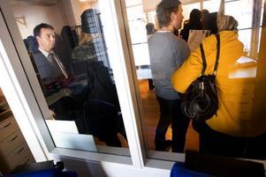 """Östersund förbättrar servicen gentemot de cirka 4500 företag som finns verksamma i kommunen via den nya företagslotsen. """"Vi ska hjälpa till att förmedla kontakter och vara ett bollplank, säger Magnus Lindgren, näringslivschef, till vänster på bilden. Foto: Håkan Luthman"""