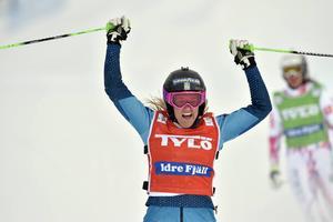 Anna Holmlund jublar efter att segern är klar.