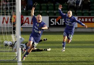 Det tog knappt en kvart så hade Peter Olofsson överlistat Johan Wilandh i Elfsborgs mål i premiären 2005. Jonas Wallerstedt jublar i kapp.