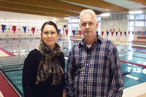 Anna Ericson och Leif Ekegren i den tomma simhallen. I slutet av veckan beräknas hela hallen vara öppen igen, stora bassängen redan på onsdagen.