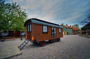 Sveriges sista, bevarade handbyggda romska vagn visas under utställningen.
