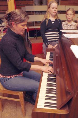 Musikläraren Emma Eriksson har tidigare arbetat i Uppsala. Nu bor hon i Forsa och reser till Järvsö för att sjunga med barnen på låtverkstan.