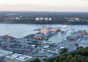 Den 25-årige mannen stoppades i en bil vid Frihamnen i Stockholm, i färd med att lämna landet. I bilen påträffade polisen en stor mängd gods.