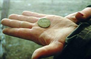 Kopparmyntet från 1673 är  det mest intressanta fyndet hittills. Man kan se årtalet och de tre kronorna som visar att det är präglat i Sverige.