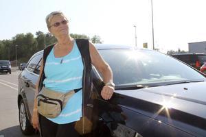 Britt-Marie Magnusson är glad att det gick så bra. Hon har fått låna en hyrbil då hon bestämde sig för att låta verkstaden gå igenom resten av bilen och se att allt var i sin ordning efter däckexplosionen.