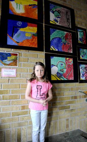 Linnea Hallman är en av flera elever på Ångsta skola som har tolkat Bengt Lindströms målningar under skolans konstnärsvecka.