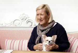 """Oroad för sin mamma. Lena Janssons mamma har vid tre tillfällen blivit bestulen på guldsmycken i sin lägenhet på Skallbergets servicehus. """"Det här är så tråkigt, det är inte lätt att bli gammal ändå"""". Foto: PER G NORÈN"""