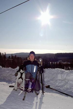 Marlene Sundin i grannbyn Börjesjö hjälper Andrew med filmen i Rissnabygden närmare bestämt i Östbyn. Här ute på en tur för att få ihop lite vinterbilder en strålande men kall stund.