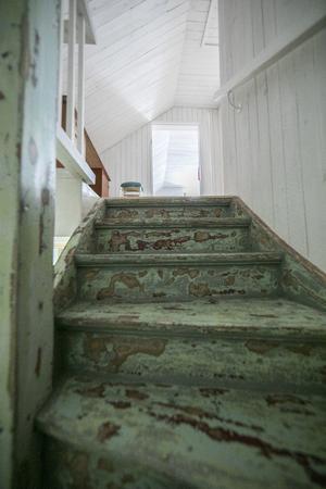 Trappen har ett unikt utseende och leder upp till övervåningens två sovrum.