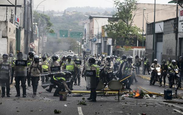 På 26 olika platser i huvudstaden Caracas inleddes manifestationerna och demonstranterna tågade sedan mot regeringsbyggnadern.