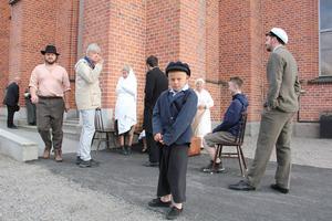 Ville Thyr, som spelar Nathan som barn, försöker hålla nerverna i styr sekunderna innan debuten på scenen.