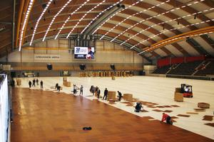 GOLVLÄGGNING. Saik fotboll och Saik bowling hjälptes på onsdagskvällen åt att lägga golvet över isen på Göransson Arena.