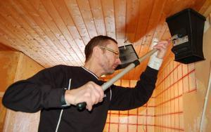 Allan Berglund, Krokom är ventilationstekniker. Här mäter han luftflödet och ställer in anläggningen för bästa möjliga ventilation.