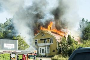 Konstnären Bengt Åbergs hus totalförstördes i en våldsam brand på lördagen.