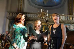 Ulrika, Anna och Anneli ledde publiken i Europahymnen.